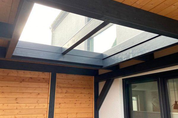 Carport mit Schuppen und Glaselement im Dachbereich