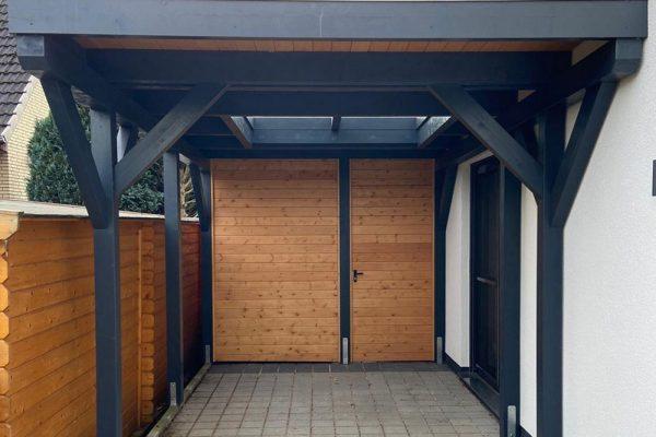Carport und Schuppen mit-Glaselement im Dachbereich